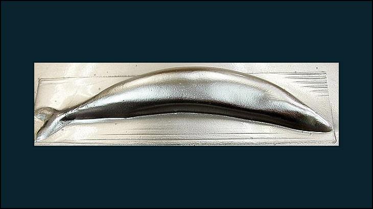 さんまの型を銀蒸着の材料で成形してみた。
