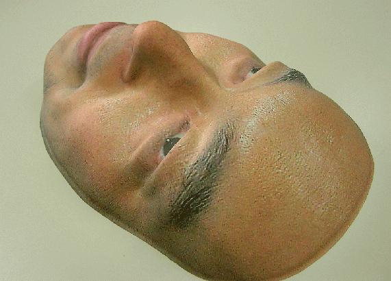 実写面。顔の骨格を3Dスキャナー機でデーター化する