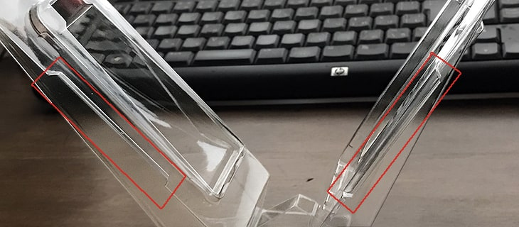 片側の側面にある凹凸は補強なのかセットガイドなのか
