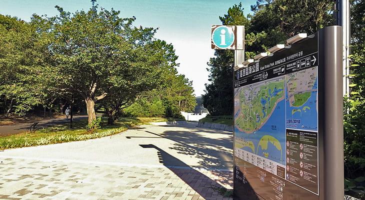 公園内を中川河口に向かって歩き進むと右手に五輪カヌースラローム会場が現れます。
