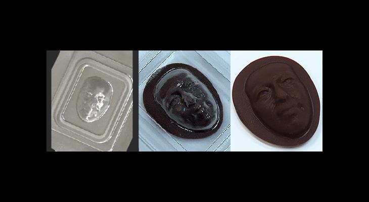 人の顔の成形品の裏からチョコレートを流す