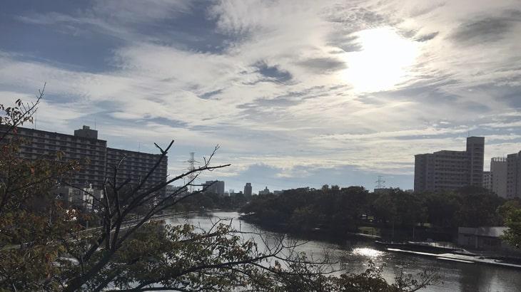 10月18日左近川親水公園秋らしい雲がかかっていました