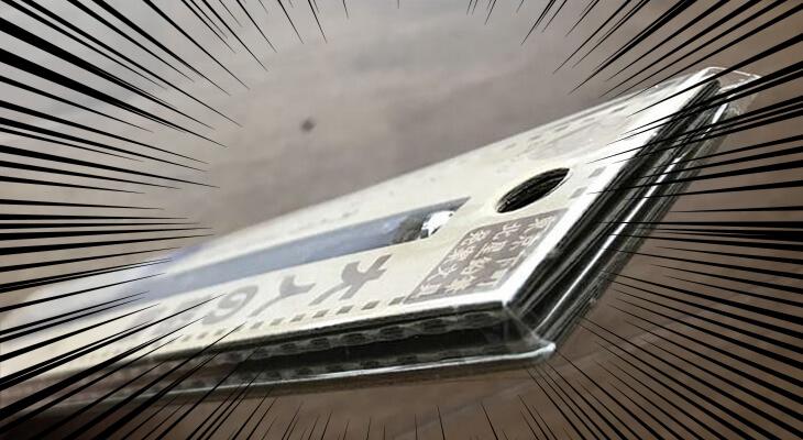 北星鉛筆「大人の鉛筆」の台紙を横から見てみると厚紙を幾重にも重ねたように見える